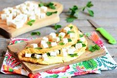 Omelette domestica farcita con i cubi del tofu ed il prezzemolo fresco su un bordo di legno Omelette sana deliziosa della prima c Fotografie Stock