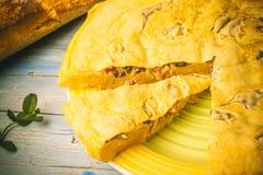 Omelette espagnole avec les champignons et le jambon de pomme de terre photographie stock libre de droits