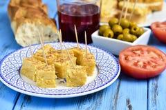Omelette espagnole, olives et tinto de verano Images libres de droits
