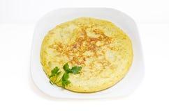 Omelette espagnole ou tortilla de patatas sur le blanc Photo libre de droits