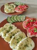 Omelette et bruschette de vapeur photographie stock libre de droits