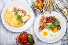 Omelette et oeufs brouillés avec des saumons, lard Image libre de droits