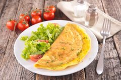 Omelette et salade Photos stock