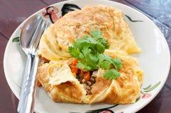 Omelette farcita carne di maiale in piatto Fotografia Stock Libera da Diritti