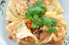 Omelette farcita carne di maiale in piatto Fotografia Stock