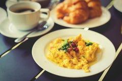 Omelette, Frühstück dienten mit Kaffee und Hörnchen Lizenzfreie Stockfotos