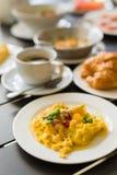 Omelette, Frühstück dienten mit Kaffee und Hörnchen Lizenzfreie Stockbilder