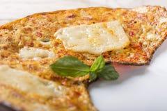 Omelette fraîche faite à partir du fromage et des paprikas rouges Photos libres de droits