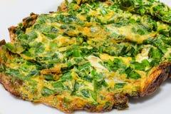 Omelette fritta nel grasso bollente con le verdure con fondo bianco fotografie stock