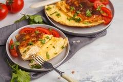 Omelette lumineuse délicieuse d'oeufs avec du fromage et des légumes Breakfas images libres de droits