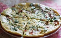 Omelette magnifica deliziosa con i verdi e la salsiccia fotografia stock libera da diritti