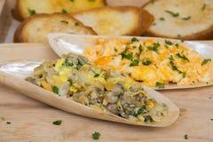 Omelette mit Buttermuscheln auf Oberteil und Brot Umhüllungsart lizenzfreies stockfoto