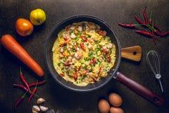 Omelette in padella su fondo scuro, vista superiore Fotografia Stock Libera da Diritti