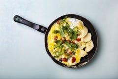 Omelette, petit déjeuner végétarien, omelette avec des tomates-cerises, AR image stock