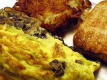 Omelette, pommes de terre rissolées, et pain grillé de champignon de couche Photo stock