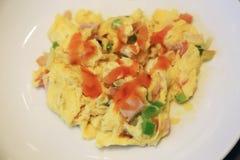 Omelette pour le petit déjeuner avec du jambon, des poivrons verts et des tomates Images libres de droits