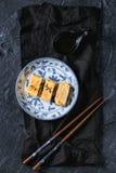 Omelette roulée par Japonais Tamagoyaki Images stock