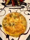 Omelette spagnola con la patata ed il cheddar fuso serviti al ristorante fotografie stock