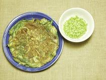 omelette stile tailandese con l'erba sulle sedere tessute tela di sacco della tela di iuta del piatto Fotografie Stock
