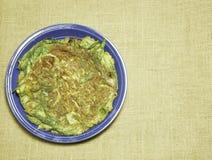 omelette stile tailandese con l'erba sulle sedere tessute tela di sacco della tela di iuta del piatto Fotografia Stock