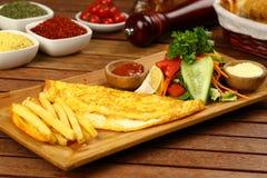 Omelette sul piatto di legno fotografia stock