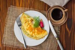 Omelette sulla tavola con una tazza di caffè Fotografia Stock Libera da Diritti