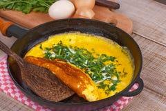 Omelette in una padella; Fotografie Stock