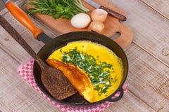 Omelette in una padella; Immagini Stock
