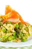 Omelette z asparagusem i uwędzonym łososiem na bielu Zdjęcie Stock
