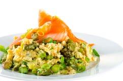 Omelette z asparagusem i uwędzonym łososiem odizolowywającymi na bielu Zdjęcia Royalty Free
