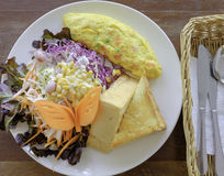Omelette z mieszanki jarzynową sałatką i gęstym chlebowym śniadaniem Obraz Royalty Free