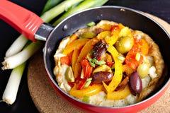 Omelette z słodkimi pieprzami, oliwkami i cebulą Obrazy Stock