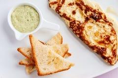 Omelette z toastes i zielonym kumberlandem Zdjęcie Royalty Free
