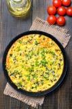 Omelette z zieloną cebulą w smażyć nieckę Obraz Stock