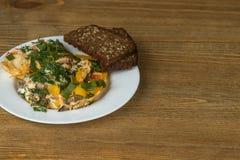 Omeletteier auf einer Platte auf Holztisch Stockbilder