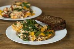 Omeletteier auf Platten auf Holztisch Lizenzfreie Stockbilder