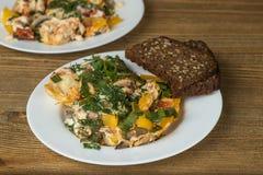 Omeletteier auf Platten auf Holztisch Stockfotos