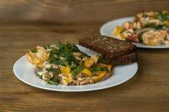 Omeletteier auf Platten auf Holztisch Lizenzfreies Stockbild