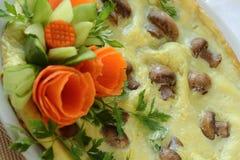 Omelettet med champinjoner dekoreras av grönsaker Royaltyfria Foton