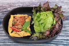 Omelettet stekte kryddig basilika med griskött, aubergine, linser, akacian, chi Royaltyfri Bild