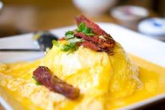 Omelettris, thailändsk mat grillade toppning med griskött Arkivfoto