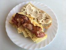 Omelettsmörgås med ost och bacon Royaltyfria Foton
