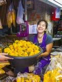 omen säljer nya blommor på morgonmarknaden Pak Khlong Thalat Fotografering för Bildbyråer