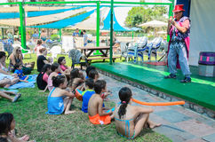 Omer (bier-Sheva), ISRAËL - de Clown spreekt aan jonge geitjes op het de zomerstadium dichtbij de pool, 25 Juli, 2015 in Israël Stock Foto