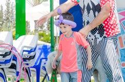 Omer (Bier-Sheva), ISRAEL - der Mann und die Jungen-, Ballon- und Plastikstühle Spiel, am 25. Juli 2015 Stockfotografie