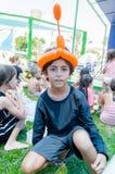 Omer, ISRAEL - adolescente que se sienta en la hierba con otros niños con la bola inflable en su cabeza bajo la forma de turbante Imagen de archivo libre de regalías