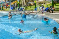 Omer ISRAEL - Juni 27, folk simmar i den utomhus- pölen Omer, Negev, Juni 27, 2015 i Israel Royaltyfria Bilder