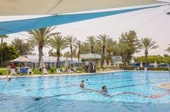 Omer, ISRAEL - 27. Juni schwimmen Leute im Pool im Freien Omer, Negev, am 27. Juni 2015 in Israel Lizenzfreies Stockfoto