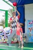 Omer, ISRAEL - menino do Palhaço-juggler que joga com uma bola na fase do verão, o 25 de julho de 2015 Imagens de Stock Royalty Free