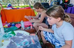 Omer, Negev, Ισραήλ - August15, χρώμα παιδιών χρωματίζει τις μπλούζες σε έναν πίνακα, το 2015 Στοκ Εικόνες